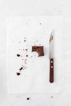 Brownies melcochudos y húmedos Cake Photography, Flat Lay Photography, Food Photography Styling, Food Styling, Brownie Recipes, Dessert Recipes, Brownie Packaging, Gooey Brownies, Cocoa