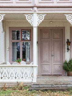 Det går an å ha store vinduer ved siden av inngangsdøren. Style Cottage, Swedish Cottage, Swedish House, Rose Cottage, Small Porches, Victorian Homes, Cabana, Architecture Details, Old Houses
