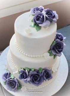 Hääkakku liiloin ruusuin  Wedding Cake with lilac roses