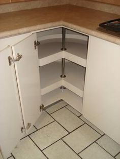 Interior de esquinero giratorio de cocina modernista