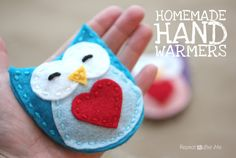 This Crazy Cute Owl Hand Warmers tutorial is perfect if you are looking for easy sewing projects this winter. These DIY hand warmers are sure to warm your heart as well as your hands. Easy Sewing Projects, Sewing Crafts, Craft Projects, Craft Gifts, Diy Gifts, Felt Gifts, Crafts To Make, Crafts For Kids, Repeat Crafter Me
