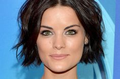 Emily Blunt Wears a Bob Haircut at the Premiere of 'Salmon Fishing in the Yemen' - Celebrity Hair - StyleBistro