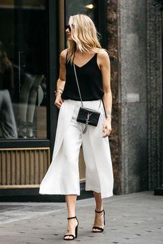 Blusa preta, calça pantacourt branca, sandália de tiras preta