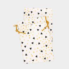 Demi-tour de lit ouatiné en coton avec imprimé triangles   3 panneaux à fixer au lit par des liens à nouer    Adaptable aux lits à barreaux 60 cm x 120 cm et 70 cm x 140 cm   Fabriqué en Espagne