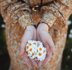 Likes, 37 Comments - Girls With Flowers, Girls In Love, Wallpaper Spring, Girly Dp, Spring Aesthetic, Hand Photography, Photography Guide, Flowers Instagram, Photo D Art