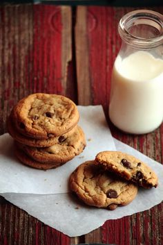 Soft and Chewy Chocolate Chip Cookies, yum. Chip Cookie Recipe, Cookie Recipes, Dessert Recipes, Chewy Chocolate Chip Cookies, Chocolate Biscuits, Chocolate Chips, Chocolate Cake, Milk Cookies, Cookies Soft