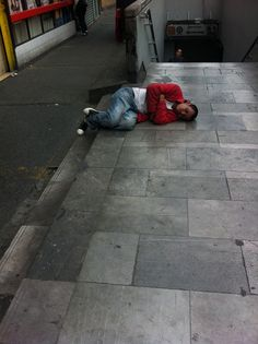 El metro estaba cerrado y me quedé jetón ahí pa ser el primero en entrar (foto tomada a las 5:00pm)