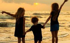 « Nous devrions toujours avoir 3 amis dans notre vie ; Celui qui marche devant nous, que nous regardons et que nous suivons, celui qui marche à côté de nous, et qui est avec nous à chaque étape de notre vie, et celui qui est derrière nous et que nous attendons après que nous ayons ouvert la voie. » - Michelle Obama