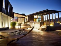 New Zealand Modern Mansion in Queensland-gorgeous outside. use of lighting really makes this home spectacular!