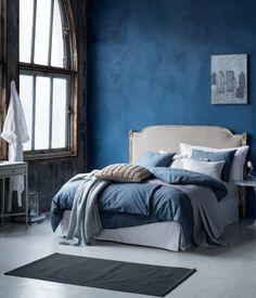 En sängkappa i kraftig bomullscanvas med kjol på tre sidor. Sängkappan har dekorativa veck i hörnen. Ovandel i bomull/polyester. Kjolhöjd 45 cm.