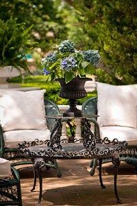 La Maison Gray - Garden and patio design ideas and home deocr Outdoor Garden Furniture, Patio Furniture Sets, Outdoor Rooms, Outdoor Gardens, Outdoor Living, Outdoor Decor, Outdoor Seating, Iron Furniture, Furniture Movers