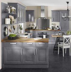 Cuisine Bistro gris patiné. La cuisine Bistro est un modèle vintage doté d'un charme rétro original. Son noir vieilli et ses portes de meubles structurées à l'ancienne lui confèrent une élégance rare !