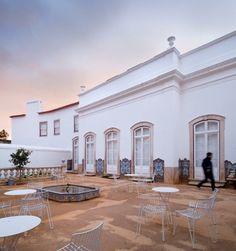 Essa é a cadeira Tio,por Chris Martin & Magnus Elebäck, da Massproductions, localizada na Casa do Arco em Coimbra, Portugal.