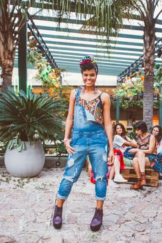 look do dia de turbante e jardineira jeans