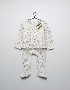 He too big to fit in this but LOVE the stars Little Boy Fashion, Baby Girl Fashion, Kids Fashion, Trendy Kids, Cute Kids, Zara Official Website, Zara Baby, Fashion Catalogue, Kid Styles