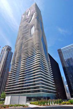 Quase inacreditável o desenho do Aqua Tower, um empreendimento com 250 metros de altura que fica em Chicago. O projeto foi inspirado nas ondas do mar e nos desenhos que elas formam nas pedras.