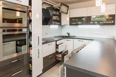 Realizace kuchyněDenisa ze série Classic v barevnémprovedení bílá vysoký lesk, grafit vysoký lesk. Líbí se vám tato kuchyně? Více informací o kuchyniDeinsa naleznete zde.