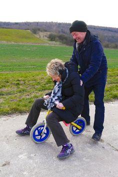 Веселая старушка взяла у своего внука велосипед, чтоб покататься.