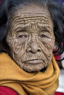 All of the deep wrinkles on her face and the amount of time passed it portrays. You can almost see the difficulty of her life on her face. Old Faces, Many Faces, Portraits, Interesting Faces, People Around The World, Old Women, Portrait Photography, People Photography, Beautiful People