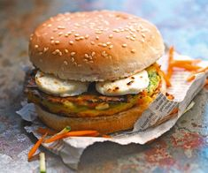 Here is a recipe for preparing a vegetarian goat burger. It's a balanced sandwich that can be enjoyed as a snack or during a brunch. Burger Recipes, Veggie Recipes, Chicken Recipes, Vegan Vegetarian, Vegetarian Recipes, Healthy Recipes, Hamburger Vegetarien, Salty Foods, Cheese Recipes