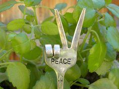 PEACE fork / garden marker / funky fork fingers / hippie garden art / re purposed flatware / plant decorations / gardener decor / funny gift>>> -- MATERIALS --<<< Hippie Garden, Garden Junk, Garden Crafts, Garden Projects, Plant Crafts, Garden Ideas, Recycled Garden Art, Peace Sign Fingers, Cottage Rose