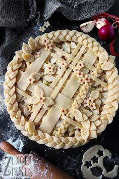 Apple Pie - American, covered apple pie - tongue circus- Pie – amerikanischer, gedeckter Apfelkuchen – Z pies pies recipes dekorieren rezepte Pie Recipes, Baking Recipes, Dessert Recipes, Pie Crust Designs, Pie Decoration, Circus Cakes, Pies Art, Holiday Recipes, Food Photography