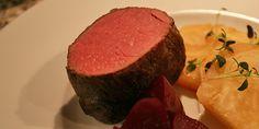 Når man tilbereder oksemørbrad i sous vide, kan man være sikker på at få det smukkeste og møreste kød hver gang, og metoden er overraskende nem. Steak, Food And Drink, Beef, Dinner, Happy, Sousse, Mushroom, Meat, Dining