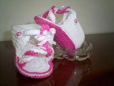 Sandalinha  rosa e branca de bebe, feito em crochê, com linha de algodão, bordada em pérolas.  TAMANHOS: sola 8 cm - RN a 02 meses 9 cm - 00 a 03 meses 10 cm - 03 a 06 meses  Faço na cor que você desejar R$ 25,00