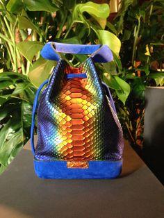 Secchiello in pitone e coccodrillo multicolor della collezione ispirata alle foreste pluviali