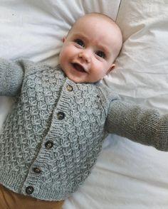 strikkeopskrift petiteknit Carls Cardigan Knitting For Kids, Knitting Projects, Baby Knitting, Crochet Baby, Knit Crochet, Baby Sweater Patterns, Baby Cardigan Knitting Pattern, Knitting Patterns, Crochet Patterns