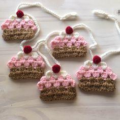 Guirnalda de coloridos cupcakes tejidos a crochet, ideal para decorar el cuarto de una nena.