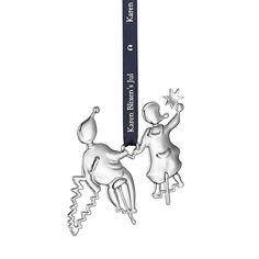Karen Blixen Syklende Nisser, Forsølvet - Karen Blixens Jul er en serie av dekorativ og fantasivekkende julepynt, i enten 24 karats forgyllning eller forsølvet med sterling sølv, designet av Ole Kortzau. Her finner du små og store figurer til oppheng på juletreet, fra taket eller i vinduet, og stemningsfulle dekorasjoner til bordet. - Rosendahl - RoyalDesign.no