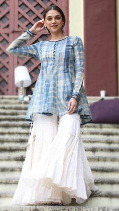 Stylish Dresses For Girls, Stylish Dress Designs, Designs For Dresses, Casual Dresses, Sharara Designs, Kurti Designs Party Wear, Simple Pakistani Dresses, Pakistani Dress Design, Pakistani Fashion Casual