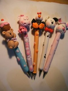 pens in clay Polymer Clay Pens, Polymer Clay Ornaments, Polymer Clay Animals, Polymer Clay Projects, Pen Toppers, Diy And Crafts, Crafts For Kids, Clay Figurine, Clay Charms