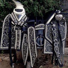 Tú caballo con esta silla para montar.... Imagínatelo! Qué bello!  #Monturas #MonturasYMonturas #HechasAMano #SillasParaMontar #Caballos #CaballosExóticos #SillasParaMontar #CaballosBailadores #CaballosDeInstagram #Rodeo #Vaquero #Vaquera #Rancho #DeVenta #Disponible