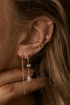 30 Best Type Of Ear Piercings You Should Try Today ear piercings placements vary. The days when people get piercings in the earlobe only are long gone. The tradition of getting piercings is actually more ancient than you could possibly imagine. Types Of Ear Piercings, Cute Ear Piercings, Ear Piercings Cartilage, Cartilage Hoop, Double Cartilage, Multiple Ear Piercings, Cartilage Earrings, Helix Earrings Hoop, Double Lobe Piercing
