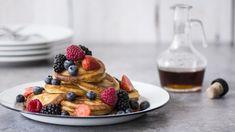 Pancakes eli amerikkalaiset pannukakut tarjotaan vaahterasiirapin ja tuoreiden marjojen tai hedelmien kanssa.