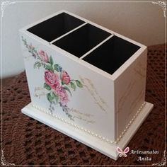 Artesanatos Anita - Porta Controle Remoto 3 divisões Small Wooden Projects, Shabby Chic Kitchen Accessories, Shabby Chic Art, Boxes And Bows, Decoupage Box, New Crafts, Diy Box, Diy Projects To Try, Handmade Crafts