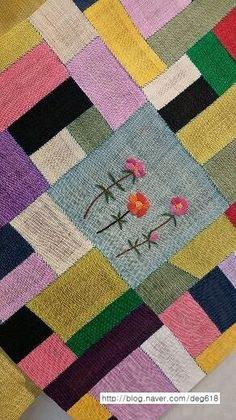 고교시절 윤리선생님은 개구장이 스머프의 가가멜을 닮으셨드랬습니다.외모와 어울리지 않게 선생님께선 유... Creative Art, Creative Design, Embroidery Patterns, Hand Embroidery, Table Runners, Fiber Art, Quilts, Blanket, Rugs