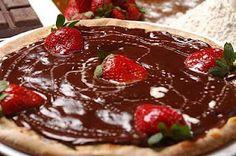 pizza doce de nutella com morango (sweet pizza with nutella and strawberries)
