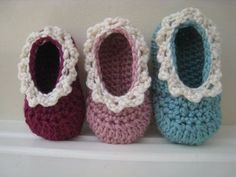 Here are the most adorable crochet baby booties you can find. Baby booties only need a little yarn to whip up and the best part these are all FREE crochet baby bootie patterns. Knit Or Crochet, Crochet For Kids, Crochet Crafts, Crochet Projects, Crochet Baby Booties, Crochet Slippers, Baby Shoes Pattern, Baby Slippers, Baby Knitting