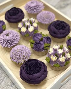 🍃New flower 🍃Allium 🍃 Did you know I can teach you how to make these gorgeous buttercream blooms? I offer tutorial videos on my website for… ideas creativas Flower Cupcakes, Fun Cupcakes, Wedding Cupcakes, Cupcake Cakes, Cupcakes Design, Cake Designs, Pretty Cakes, Beautiful Cakes, Amazing Cakes