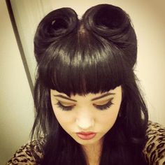 love love this look Victory Rolls and Betty Paige Bangs:: Vintage Hairstyles:: Retro Inspired Hair:: Rockabilly Retro :: Pin Up Girl Hairstyles Fringe Hairstyles, Vintage Hairstyles, Hairstyles With Bangs, Girl Hairstyles, Wedding Hairstyles, Victory Rolls, Pelo Pin Up, Betty Bangs, Rockabilly Hair