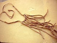West collar ajustable de cuero trenzado en tono neutro. por Amanur