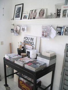 pour le bureau : etagere pour cadre + corde à pinces !