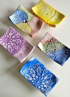 """*this idea is on soap, but i would use it on clay* Although these pieces made using the slabs are completed, decorated and glazed. The decoration is obtained with the imprint of a doily embroidered and effect """"lace"""" makes this soap very fine. Ceramics Projects, Clay Projects, Clay Crafts, Arts And Crafts, Art Clay, Kids Clay, Pot A Crayon, Pottery Classes, Ceramic Clay"""