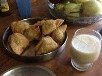 Le e Lu on the eat: - Qualche piatto in Auroville e dintorni.. samosa and banana lassi