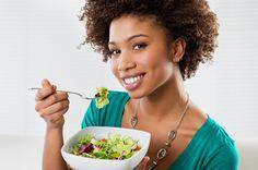 Saiba quais problemas que afetam as mulheres podem ser evitados através de uma alimentação adequada.