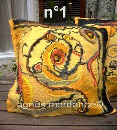 VENDU NE PAS ACHETER Housse de coussin Feutre d'art brodé n°1 - pièce unique : Textiles et tapis par agnes-mordance