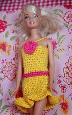 Jurk voor barbie   Patroon  :   Haaknaald nr: 3         Haak een ketting van 27 lossen.   Maak deze met een halve vaste tot een ring.   ...
